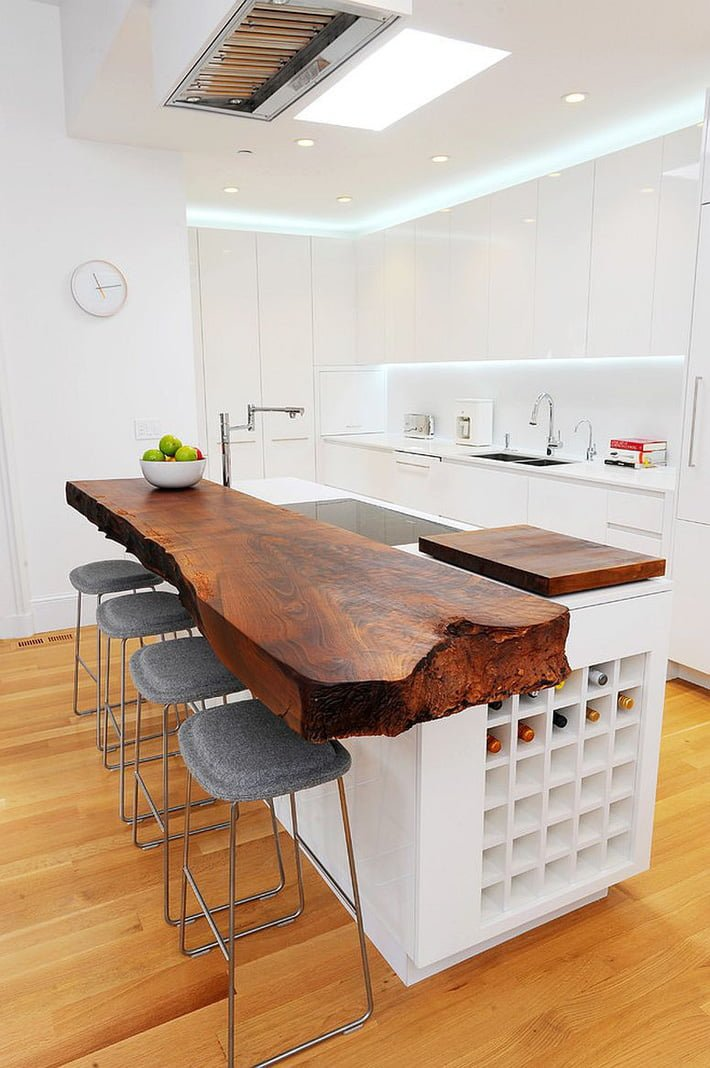 Tủ bếp chất liệu gỗ với tone màu trắng