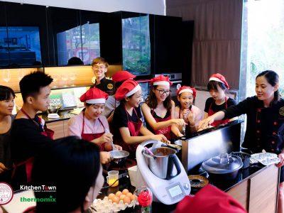 Mọi người đều trầm trồ thú vị với những thiết bị bếp hiện đại được trang bị trong không gian bếp KitchenTown.