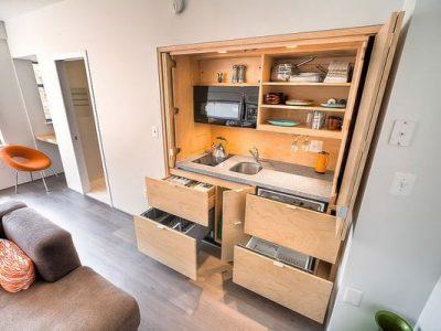 Căn nhà tuy nhỏ nhưng với bố trí tủ bếp hợp lý đã giúp tiết kiệm diện tích đáng kể